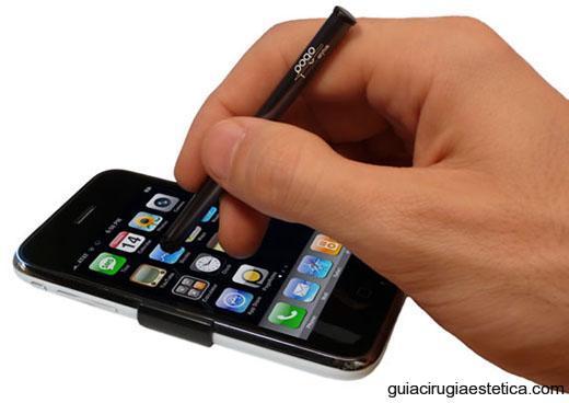 usuario escribiendo en un iPhone con el Pogo Stylus de TenoneDesign
