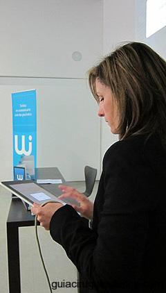 Conferenciante con iPad en sus manos y presentando TWINIA
